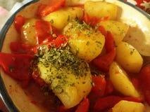 Un plato del vegano que consiste en las pimientas rojas y las patatas Fotos de archivo