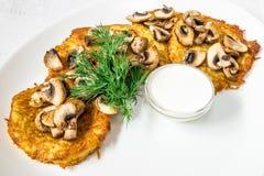 Un plato delicioso Chuletas en empanar con las setas, la salsa y el eneldo Marco horizontal Foto de archivo libre de regalías