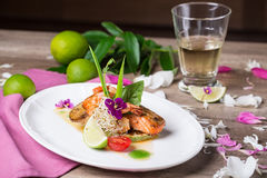 Un plato delicioso de salmones y del camarón asados a la parrilla Fotos de archivo libres de regalías