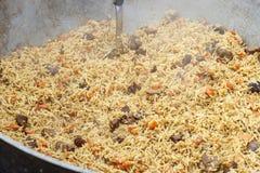 Un plato tradicional de la cocina asiática Pilaf con la carne de vaca, zanahorias, o fotografía de archivo