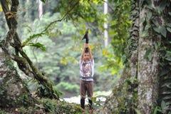 Un playng de garçon dans une forêt tropicale dans la réservation de vallée du Bornéo Danum Photographie stock libre de droits