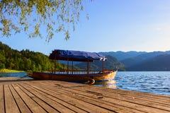 Un pletna, bateau traditionnel de la Slovénie Photos libres de droits