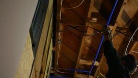 Un plombier regarde en haut une ligne de flottaison et l'inspecte banque de vidéos