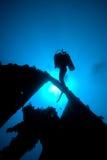 Un plongeur passant par la section sévère de Image stock