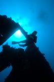 Un plongeur passant par la section sévère de Photographie stock libre de droits