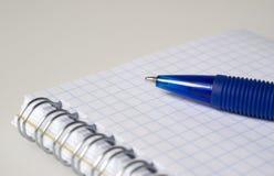 Pluma y cuaderno azules Imágenes de archivo libres de regalías