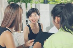 Un plus jeune ami asiatique de femme parlant avec détendre à la maison la vie Photos stock