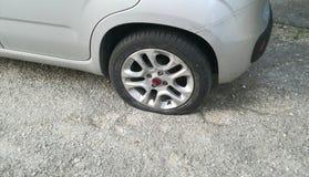 Un pneu perforé images stock