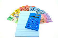 un poco de dinero australiano con la libreta y la calculadora Imagen de archivo libre de regalías