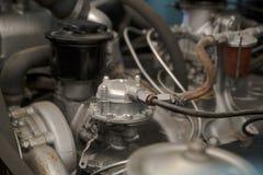 Un poco de motor de vehículo con sus piezas mecánicas Fotos de archivo