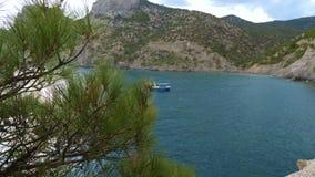 Un poco nave azul en la bahía almacen de video