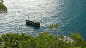 Un poco nave marrón en la bahía metrajes