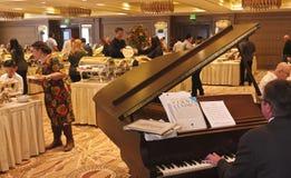 Un poco pianista del brunch de la acción de gracias de la asta de bandera del hotel de América Imagenes de archivo