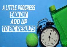 Un poco progresso ogni giorno aggiungere ai grandi risultati Citazioni di motivazione di forma fisica Concetto di sport fotografia stock