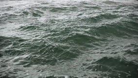 Un poco rigonfiamento di acqua con schiuma stock footage