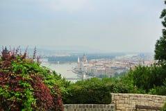 Un point de vue au parc au-dessus de la colline à Budapest, une vue vers le Danube et un bâtiment du Parlement Image libre de droits