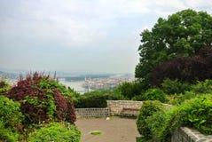 Un point de vue au parc au-dessus de la colline à Budapest, une vue vers le Danube et un bâtiment du Parlement et d'un banc Photographie stock