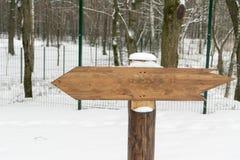 Un pointeur nul dans une forêt en hiver Endroit pour votre texte photo stock