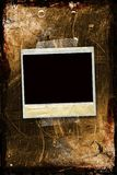 Un polaroid legato ad una priorità bassa grungy Fotografia Stock