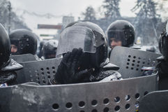 Un policía cubre su cara con su mano Imágenes de archivo libres de regalías