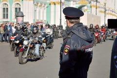 Un policier tient la garde image stock