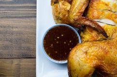 Un pollo asado a la parrilla con la salsa picante - estilo tailandés fotos de archivo