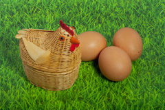 Un pollo con tres huevos marrones Imagen de archivo libre de regalías