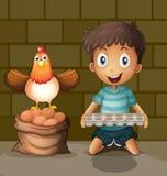 Un pollo que pone los huevos al lado del muchacho joven con una bandeja del huevo stock de ilustración