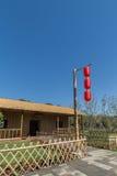 Un polo de bambú en las linternas rojas Foto de archivo