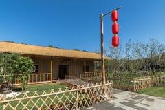 Un polo de bambú en las linternas rojas Foto de archivo libre de regalías