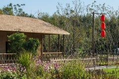 Un polo de bambú en las linternas rojas Imágenes de archivo libres de regalías