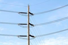 Un polo eléctrico con un fondo del cielo Foto de archivo