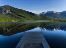 Un pomeriggio pacifico giù dal lago Immagini Stock Libere da Diritti