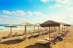 Un pomeriggio soleggiato luminoso su una spiaggia tropicale è una spiaggia su un sou Immagine Stock Libera da Diritti