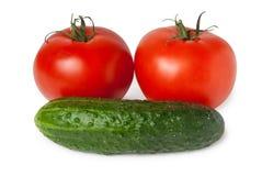 Un pomodoro e un cetriolo di due rossi Fotografie Stock