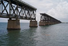 Un pont abandonné en chemin de fer image stock