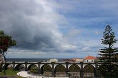 Un pont arqué antique dans la ville de Ribeira grande sur l'île de San Miguel Images stock