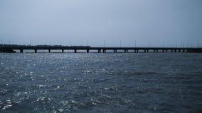 Un pont au-dessus d'une mer image stock