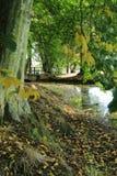 Un pont au-dessus d'une rivière Image libre de droits