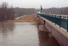 Un pont au-dessus de la rivière du Minnesota à l'étape d'inondation Image libre de droits