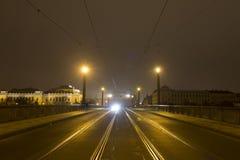 Un pont au-dessus de rivière de Vltava la nuit avec une forme de approche de voiture l'extrémité Photographie stock libre de droits