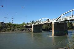 Un pont au-dessus du fleuve Yukon Photographie stock libre de droits