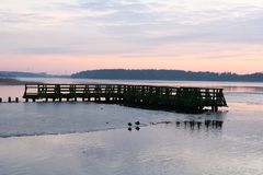 Un pont cassé de coucher du soleil et un beau paysage Photo stock