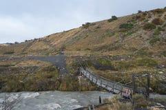 Un pont croise un courant glaciaire Photo stock