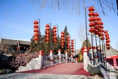 Un pont dans un jardin traditionnel historique de Pékin, Chine en hiver, pendant la nouvelle année chinoise Photo libre de droits