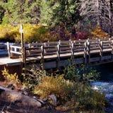 Un pont de ruelle à travers la rivière photographie stock libre de droits