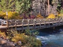 Un pont de ruelle à travers la rivière image stock