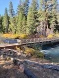 Un pont de ruelle à travers la rivière photographie stock