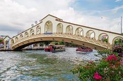 Un pont de voûte au-dessus de la rivière du Malacca près de la vieille stat d'autobus de Jambatan Photographie stock libre de droits