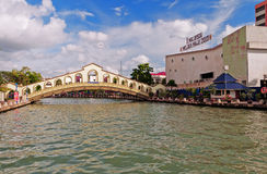 Un pont de voûte au-dessus de la rivière du Malacca près de la vieille stat d'autobus de Jambatan Photo stock